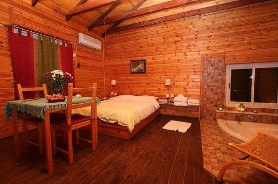 אלוני דבש הממוקם במצפה הילה מרחק נסיעה של כ- 10 דקות מנהריה ו- 20 דקות מעכו מחכה לכם חוויה רומנטית ואיכותית. 3 בקתות עץ מסוגננות ברמה גבוה. מומלץ להשכרה לפ